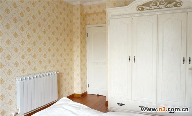 白色的欧式家具与白色的复古门